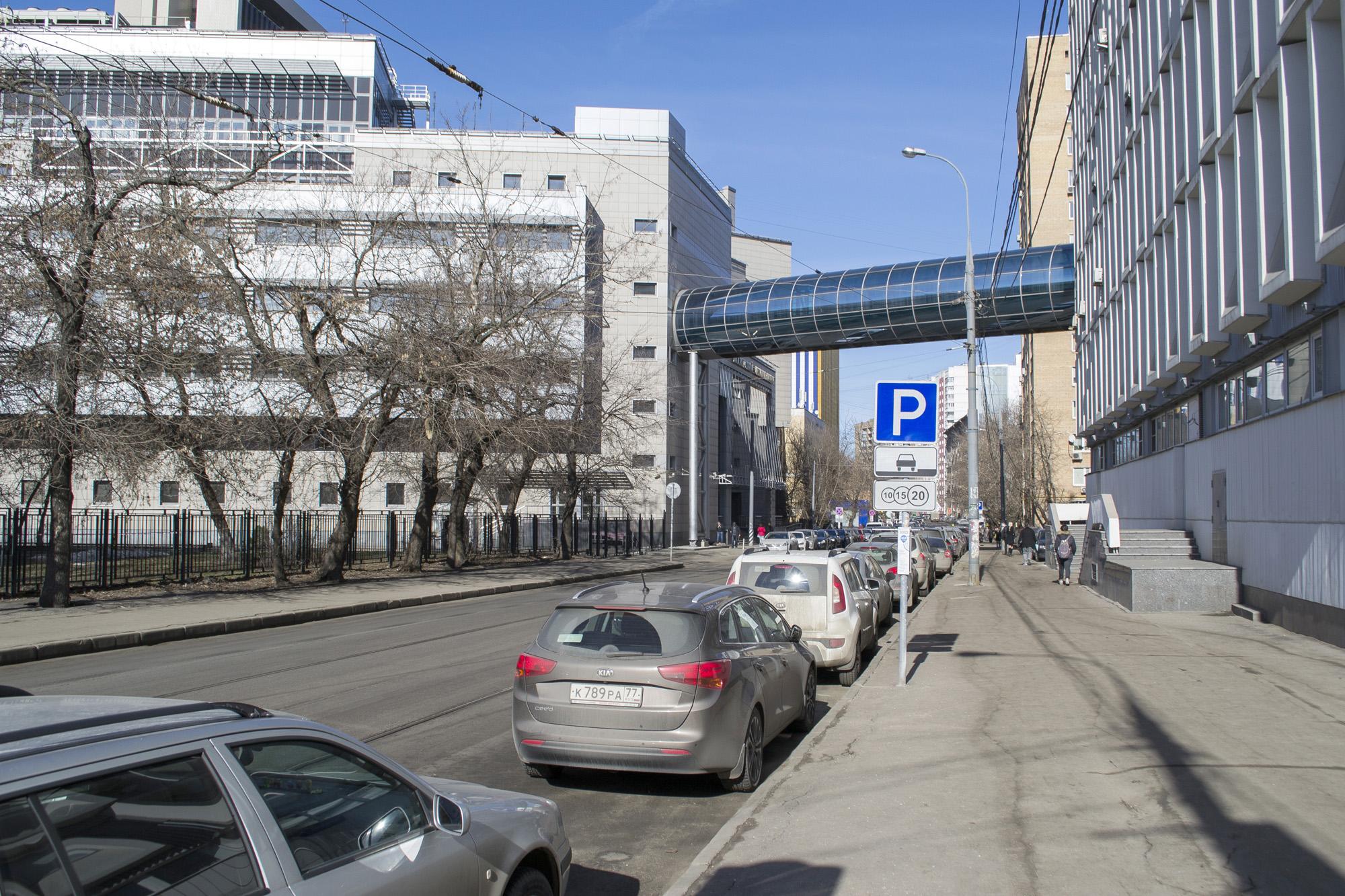 Дойдя до первого перекрестка, поворачиваем направо — так мы оказываемся на  нужной нам улице Гиляровского e665c1ca601