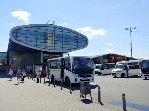 Торговый центр «Кит» расположен прямо напротив железнодорожной станции, перед которой останавливается множество маршрутов городского транспорта.