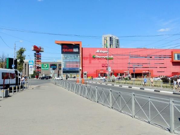 Становимся спиной ко входу на станцию — видим перед собой торговый центр, ошибиться невозможно.