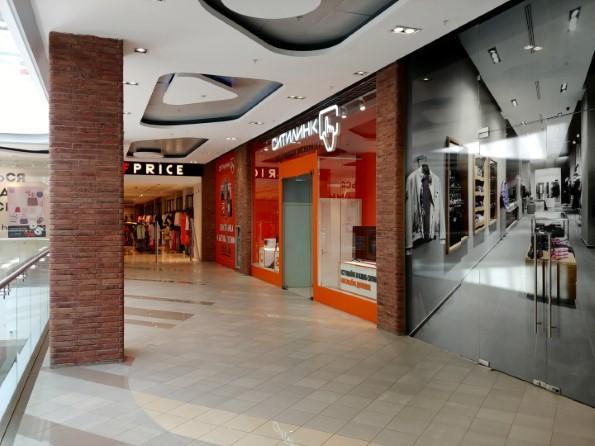 Вход в магазин находится в конце зала.