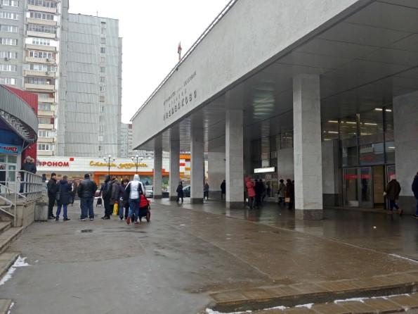 Доезжаем до станции метро «Медведково», поднимаемся на поверхность через выход со стороны последнего вагона по направлению из центра.