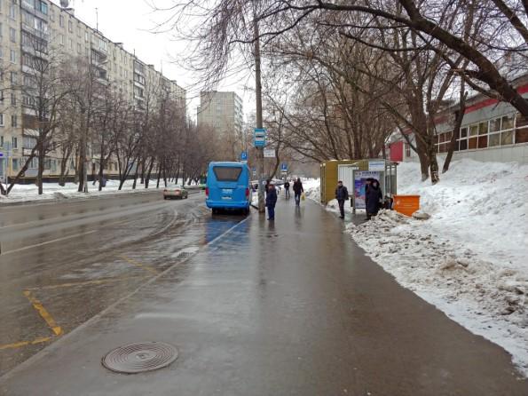 Поворачиваемся к выходу спиной, берем чуть левее и идем прямо по улице Грекова мимо автобусной остановки.
