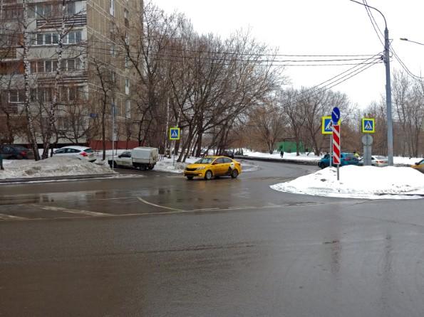 На большом перекрестке поворачиваем налево — на проезд Шокальского.