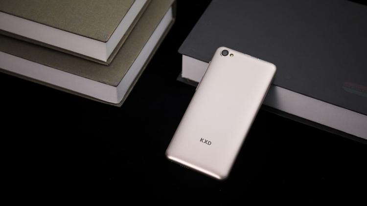 40-долларовый смартфон KXD W50 выдерживает до 20 часов разговоров или до 120 часов воспроизведения музыки